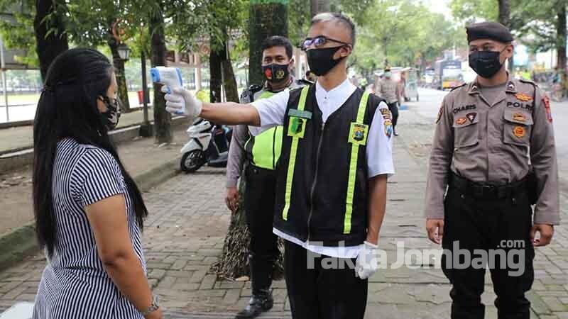 cek suhu tubuh ke warga di Alun alun Jombang