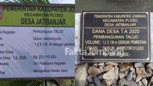 Aneh, Dana Talud Jatibanjar Jombang di Papan Proyek dengan Prasasti Tertera Beda