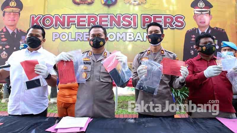 Kapolres Jombang AKBP Agung Setyo Nugroho merilis tiga tersangka pembunuhan