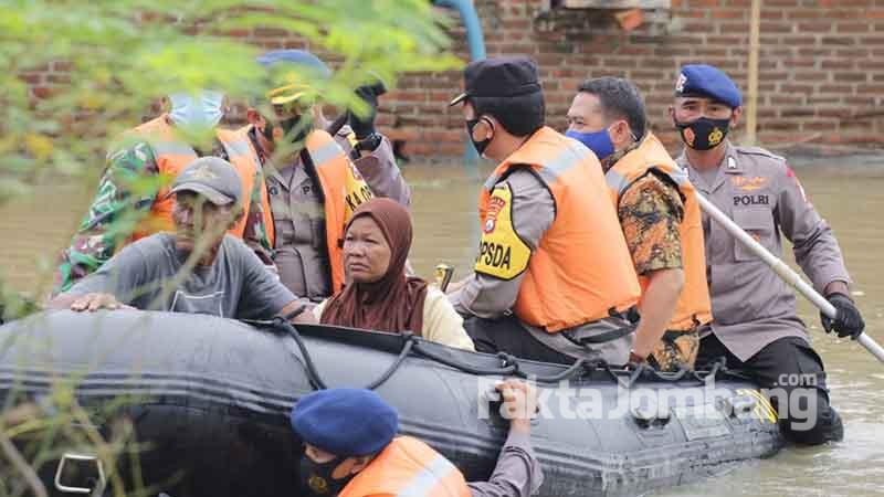 bantu warga terisolir banjir 1