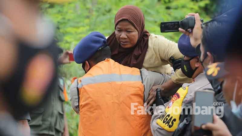 bantu warga terisolir banjir