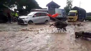 Tanggul Sungai Jebol, Jalan Nasional Jombang – Nganjuk Tergenang Banjir
