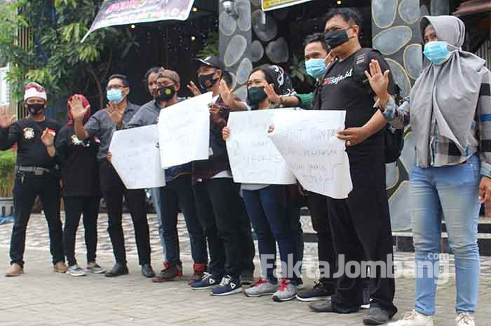 aksi solidaritas sejumlah wartawan media online di Jombang