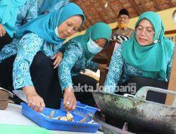 Ibu-ibu di Sidowarek Jombang Dilatih Bikin Bakso dan Kaki Naga Berbahan Ikan Lele