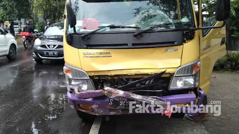 truk menabrak pemotor wanita di mojokrapak jombang
