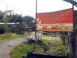Banner Desakan Penutupan Kandang Ayam Bertebaran, Puluhan Warga Sawen Malah Tak Terima