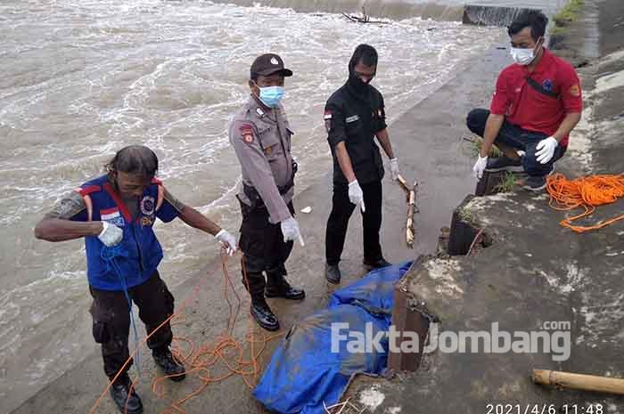 mayat mr X ditemukan di dam karet sungai brantas jatimlerek Jombang