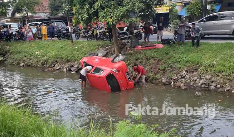 mobil ayla tercebur ke sungai tambakrejo jombang