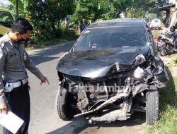 Diduga Sopir Mengantuk, Mobil Avanza Terguling di Catakgayam Jombang