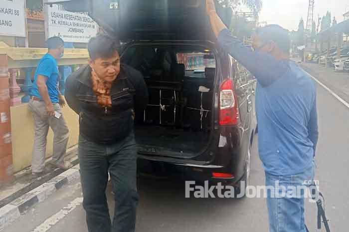 tersangka penipuan saat digelandang di Polres Jombang