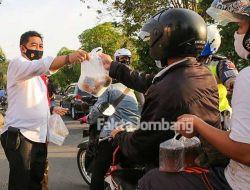 Berbagi Takjil ke Pengguna Jalan, Polres Jombang Juga Imbau Disiplin Prokes