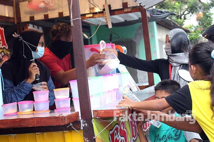 Sanggar UMKM Jombang berbagi takjil 1