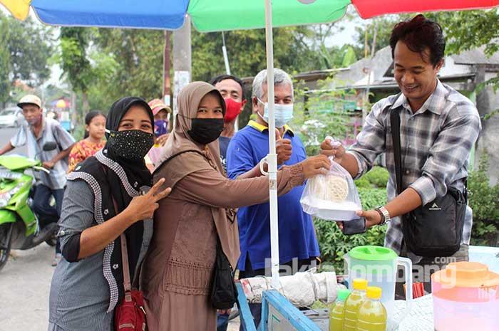 Sanggar UMKM Jombang berbagi takjil 2