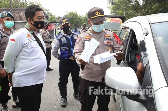 pemeriksaan kendaraan di Kabuh Jombang