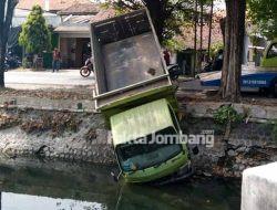 Sopir Mengantuk, Truk 'Nyungsep' ke Sungai Mojokrapak Jombang