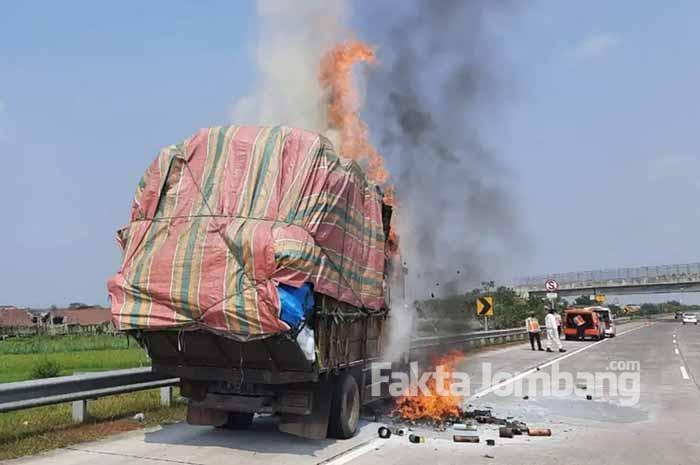 truk pengankut kertas terbakar di tol jombang