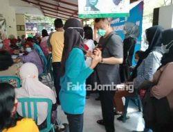 Takut Dicoret Penerima Bansos, Warga di Jombang Berjubel Antre Vaksin