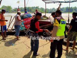 Truk Muatan Bawang Merah Terperosok di Sungai Brantas Megaluh Jombang