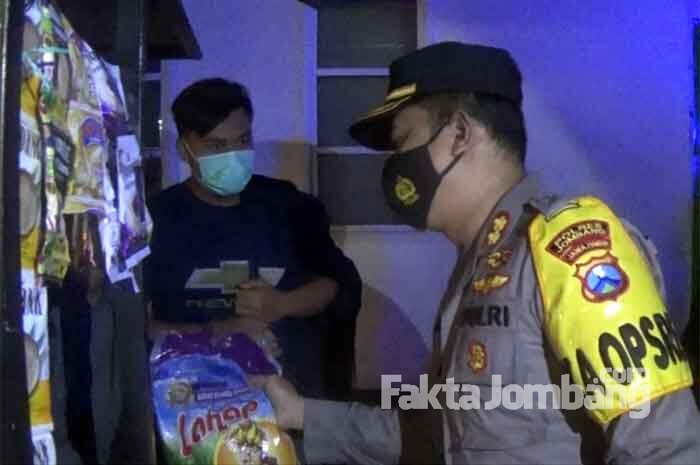 Patroli PPKM dengan Berbagi Beras, Kapolres Jombang Juga Borong Gorengan