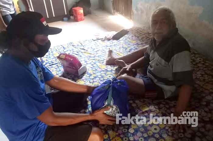 Sedulur kuswanto berbagi ke warga isoman di Jombang 1