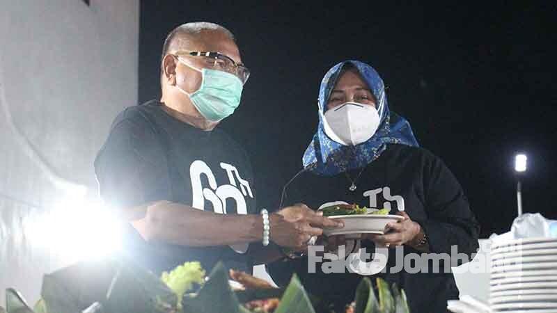 Kuswanto memberikan potongan tumpeng ke istrinya