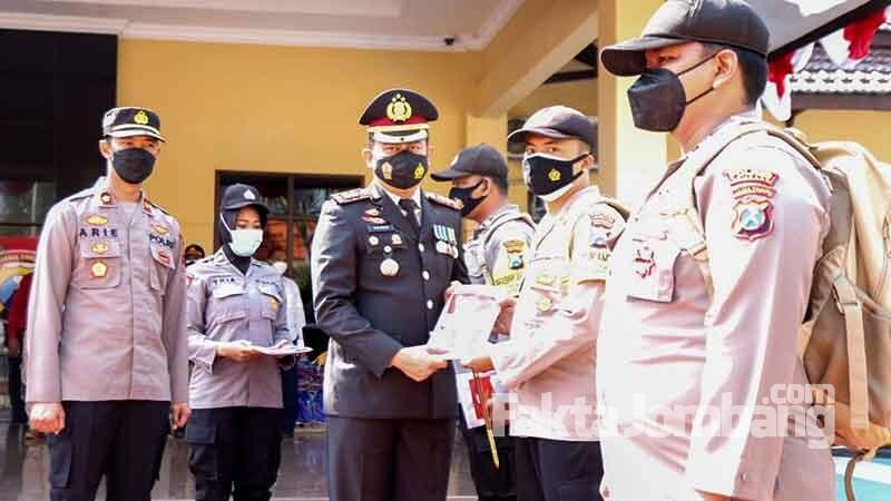 Polres Jombang berbagi bendera merah putih 1