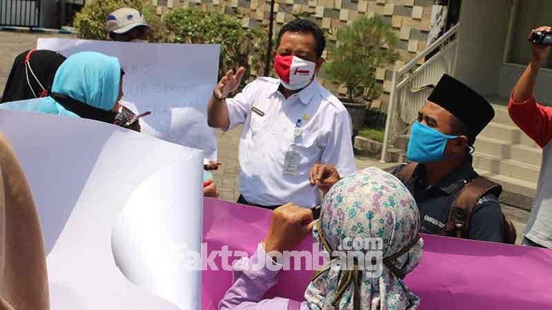 Kadisdikbud Jombang Agus Purnomo di hadapan pengunjuk rasa