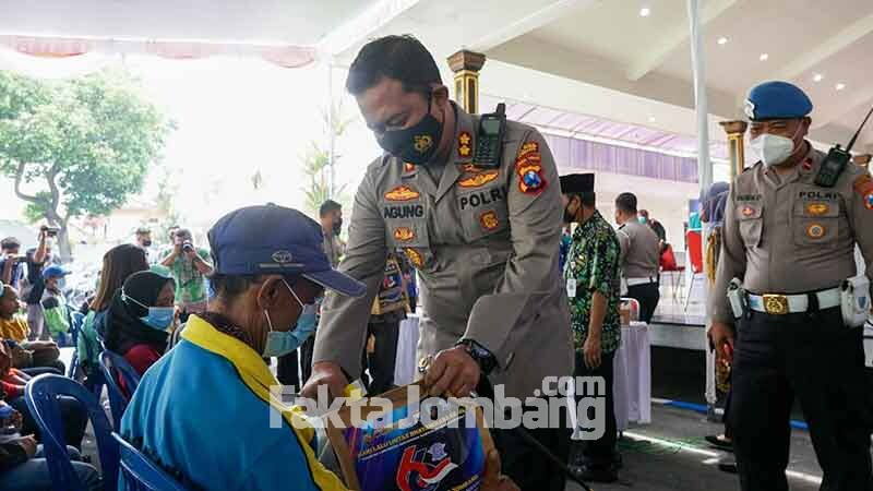 Kapolres Jombang memberikan sembako ke tunawisma