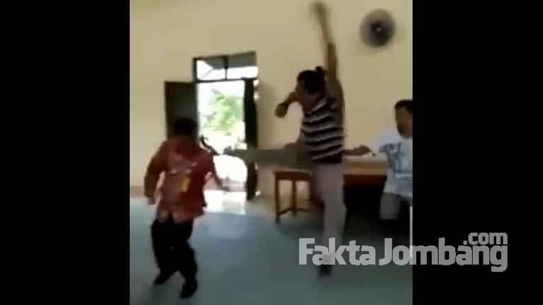 salah satu adegan pelaku menyerang Kades Catakgayam, Kecamatan Mojowarno, Kabupaten Jombang.