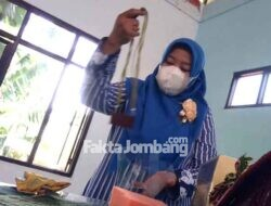 Puluhan Warga Jombang Dilatih Bikin Aksesoris Kalung Suspeso di Jatirejo