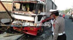 truk tambrak 3 kendaraan di Tunggorono Jombang