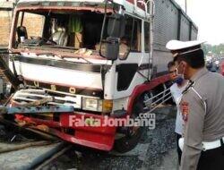 Truk Seruduk 3 Kendaraan dan Serempet Seorang Warga di Tunggorono Jombang