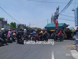 Sempat Macet, Truk Hendak Menyeberang Jembatan Ploso Jombang Berlangsung Dramatis