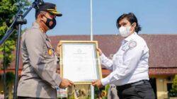 kapolres jombang menerima penghargaan dari TRC perlidungan anak