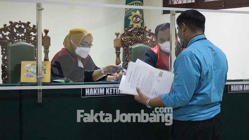 penyerahan alat bukti ke majelis hakim PN Jombang perkara perlawanan eksekusi lahan di ngusikan