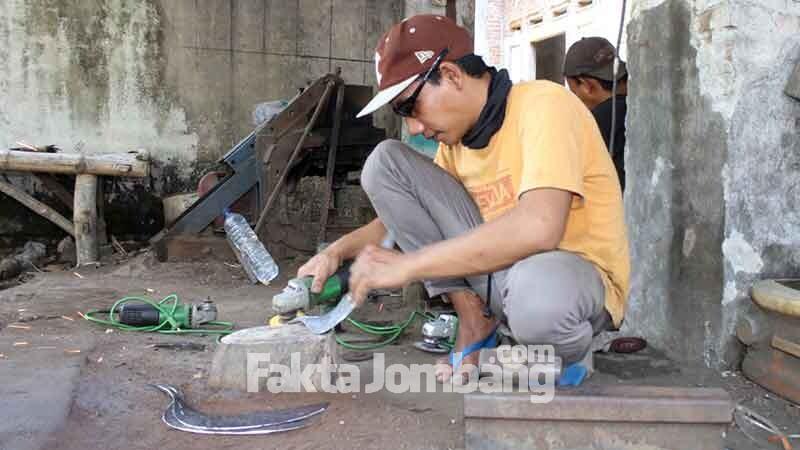 perajin arit di Pucangsimo Jombang